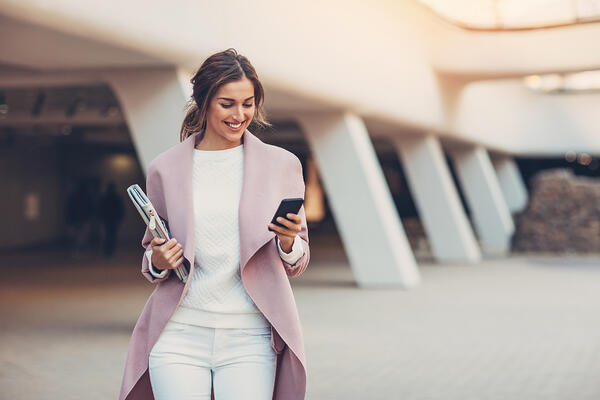 event attendee uses event mobile app